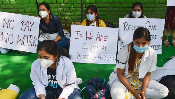 Resident doctors from the government-run hospitals hold placards during a demonstration demanding for their salaries to be paid on time, in New Delhi on October 22, 2020.  - Sputnik International