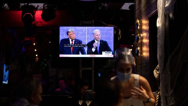 People watch the second 2020 US presidential campaign debate between Democratic presidential nominee Joe Biden and  President Donald Trump at The Abbey Bar during the coronavirus disease (COVID-19) outbreak in West Hollywood, California, 22 October 2020.  - Sputnik International