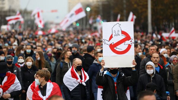 People attend an opposition rally to reject the Belarusian presidential election results in Minsk, Belarus October 25, 2020. REUTERS/Stringer - Sputnik International