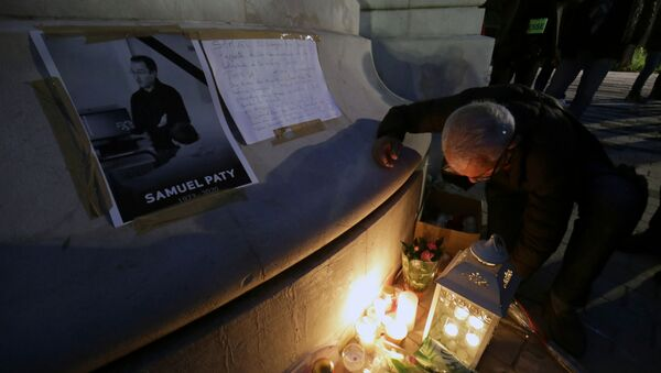 People gather to pay homage to Samuel Paty, the French teacher who was beheaded on the streets of the Paris suburb of Conflans-Sainte-Honorine, as part of a national tribute, in Nice, France, October 21, 2020 - Sputnik International