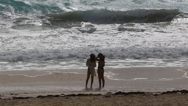 Tourists stand at a beach as Hurricane Zeta approaches, in Cancun, Mexico October 26, 2020. - Sputnik International