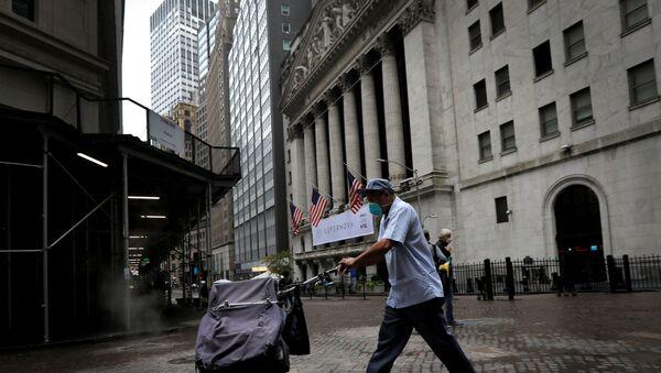 A United States Postal Service (USPS) mail carrier walks past the New York Stock Exchange in Manhattan in New York City, New York, U.S., October 26, 2020. - Sputnik International
