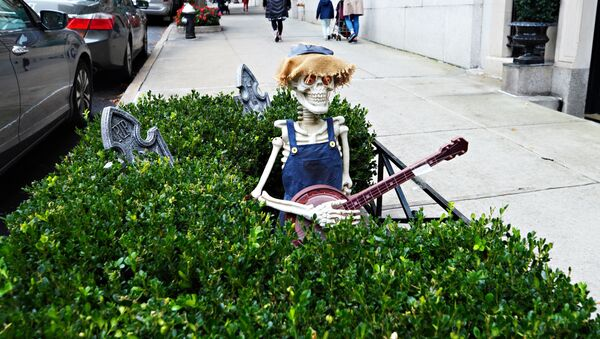 An Upper East Side planter box is decorated ghoulishly for Halloween on 28 October 2020 in New York City. Many Halloween events have been cancelled or adjusted with additional safety measures because of the ongoing coronavirus (COVID-19) pandemic.    - Sputnik International
