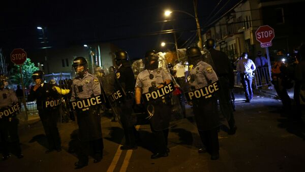 Police officers stand guard outside a police station after the death of Walter Wallace Jr., a Black man who was shot by police in Philadelphia, Pennsylvania, U.S., October 28, 2020.  - Sputnik International