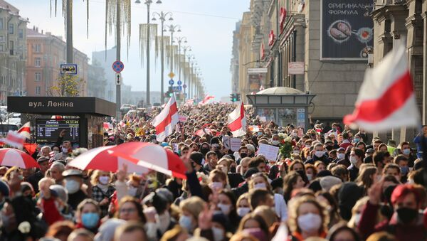 People attend an opposition rally to reject the Belarusian presidential election results in Minsk, Belarus October 26, 2020. - Sputnik International