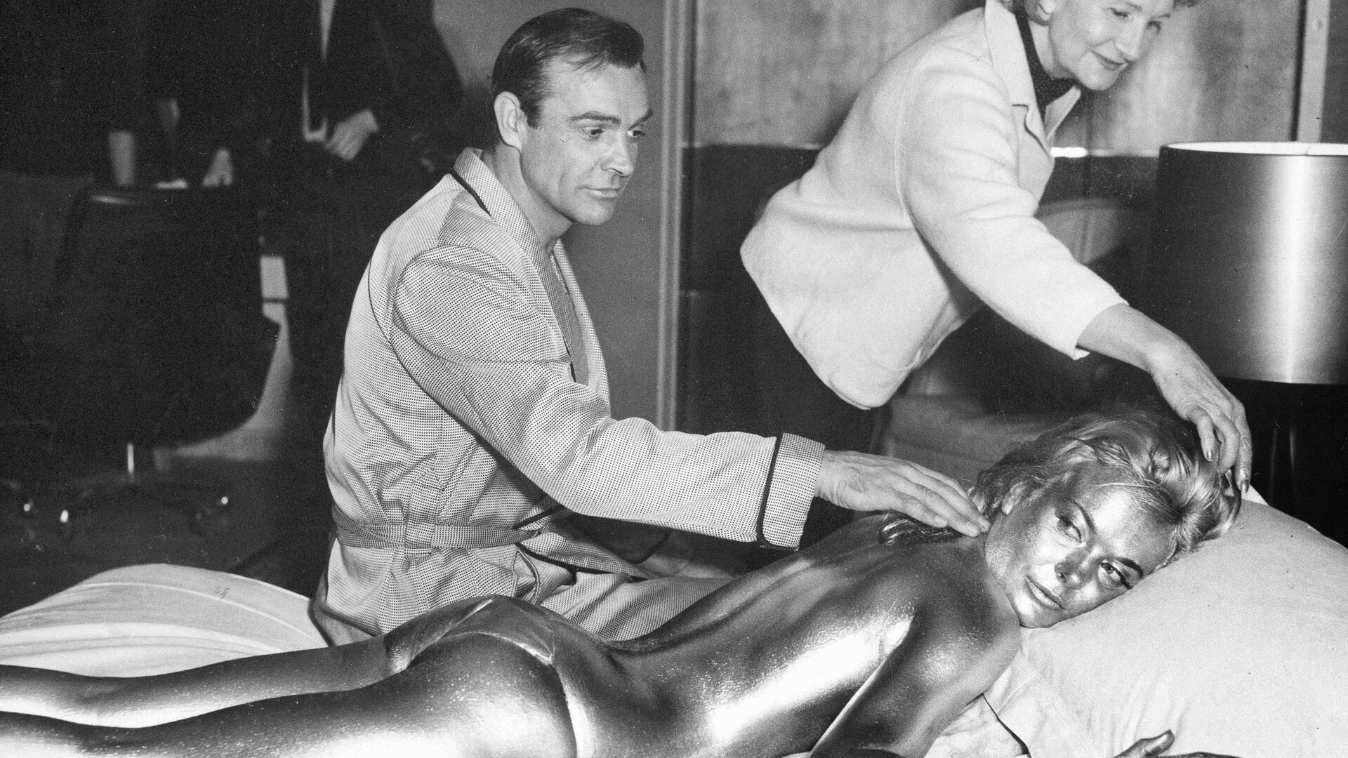 Шотландский актер Шон Коннери с актрисой Ширли Итон, 1964 год - Sputnik International, 1920, 23.09.2021