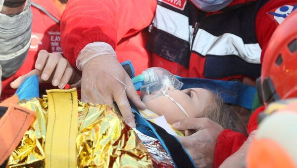 Rescue workers carry a 4-year-old girl, Ayda Gezgin, out from a collapsed building after an earthquake in the Aegean port city of Izmir, Turkey November 3, 2020 - Sputnik International