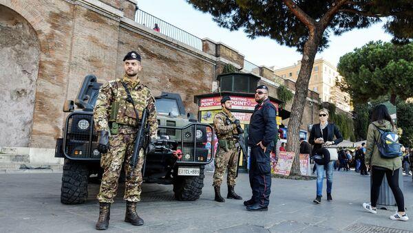 Carabinieri speaks with Italian soldiers (File) - Sputnik International