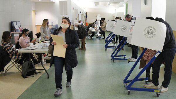Voters cast their ballots in US presidential election on 3 November 2020 - Sputnik International
