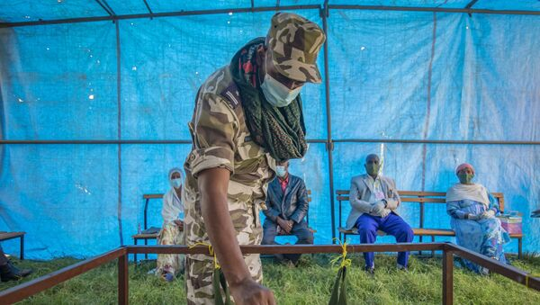 In this Sept. 9, 2020 file photo, a member of Tigray Special Forces casts his vote in a local election in the regional capital Mekelle, in the Tigray region of Ethiopia. - Sputnik International