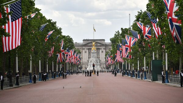 US and Union Flags line the Mall leading to Buckingham Palace in central London on June 3, 2019, with police securing the area on the first day of the US president and First Lady's three-day State Visit to the UK. - Sputnik International