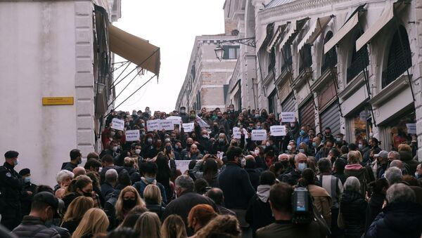 Protesters hold a demonstration against the Italian government's coronavirus disease (COVID-19) restrictions in Venice, Italy, November 3, 2020.  - Sputnik International