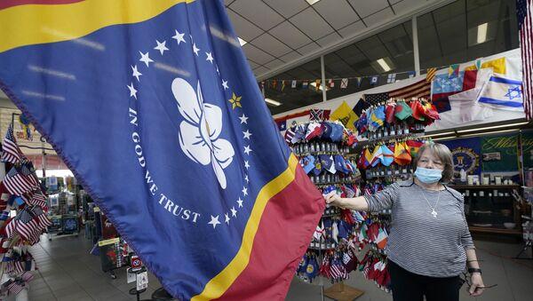 Shopkeeper Brenda McIntyre shows off the new Mississippi state flag - Sputnik International