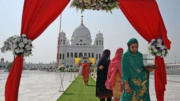 Sikh pilgrims arrive to take part in a religious ritual on the occasion of the 481st anniversary of the death of Baba Guru Nanak Dev Ji, the founder of Sikhism, at the Gurdwara Darbar Sahib in Kartarpur near the India-Pakistan border on 22 September 2020. - Sputnik International