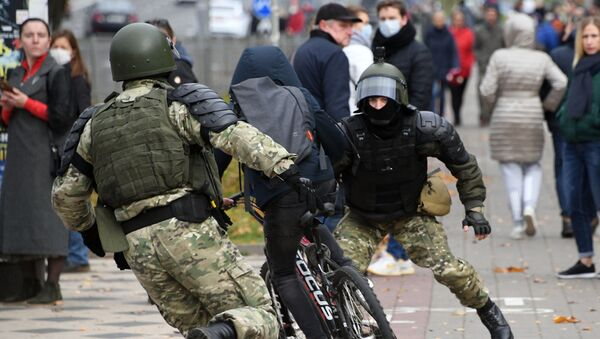 Law enforcement forces trying to stop a bicyclist during an unauthorised rally in Minsk, Belarus. - Sputnik International