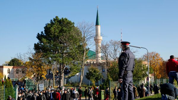 A police officer stands outside the mosque after the Friday prayer, in Vienna, Austria November 6, 2020 - Sputnik International