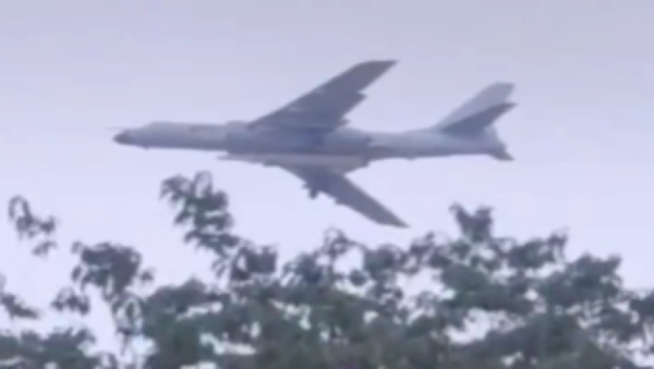 A Chinese Xian H-6N bomber is spotted carrying a ballistic missile, possibly a DF-17 hypersonic glide vehicle, in a video posted to Chinese social media - Sputnik International