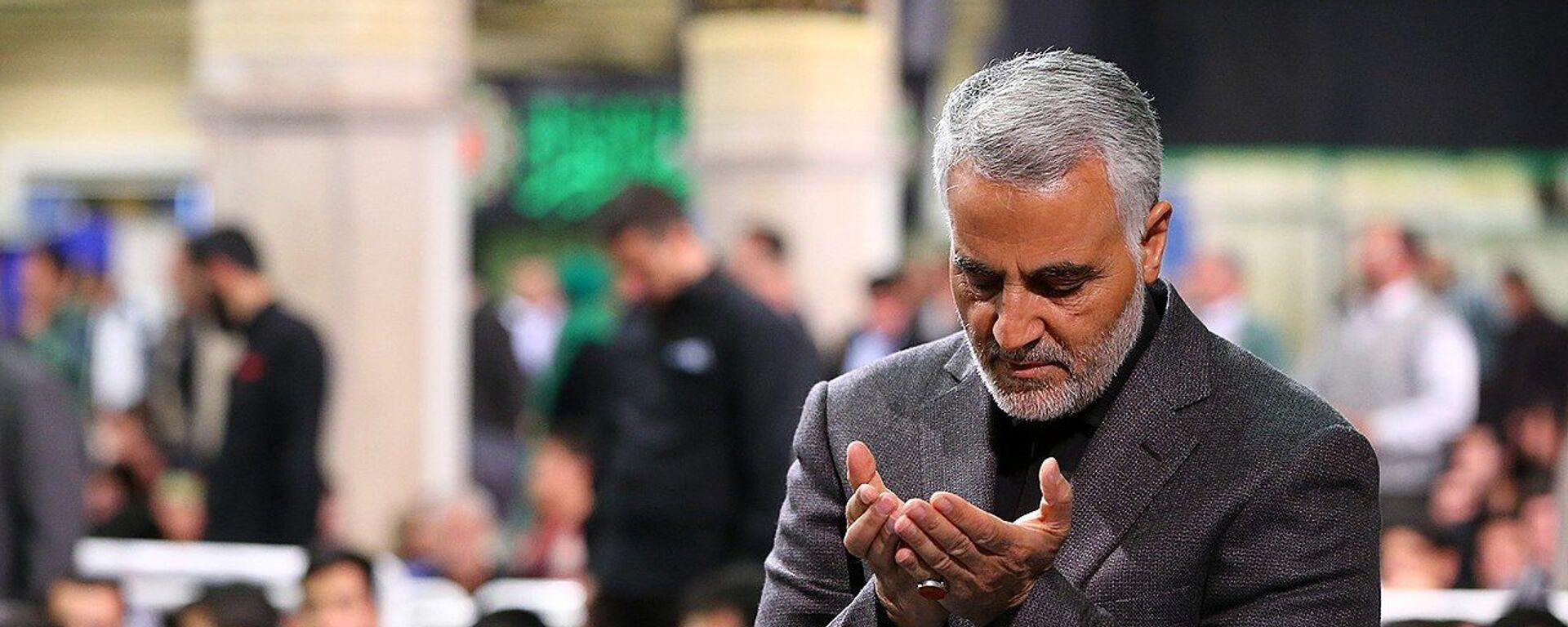 Qasem Soleimani Saying Prayer in Imam Khomeini Hossainiah in Tehran - Sputnik International, 1920, 29.08.2021