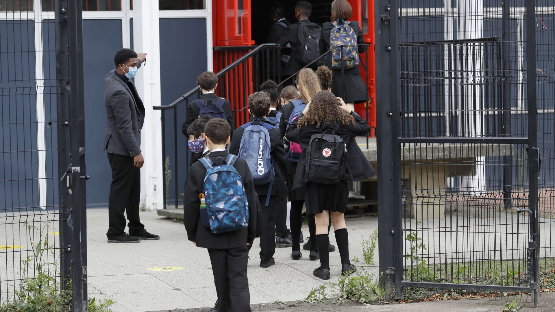 Year seven pupils are directed to socially distance as they arrive for their first day at Kingsdale Foundation School in London, Thursday, 3 September 2020 - Sputnik International, 1920, 25.02.2021