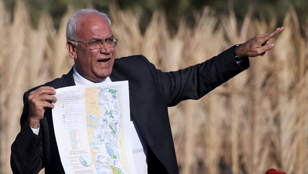FILE PHOTO: Palestinian Chief negotiator Saeb Erekat holds a map as he speaks to media about the Israeli plan to appropriate land, in Jordan Valley near the West Bank city of Jericho, January 20, 2016 - Sputnik International