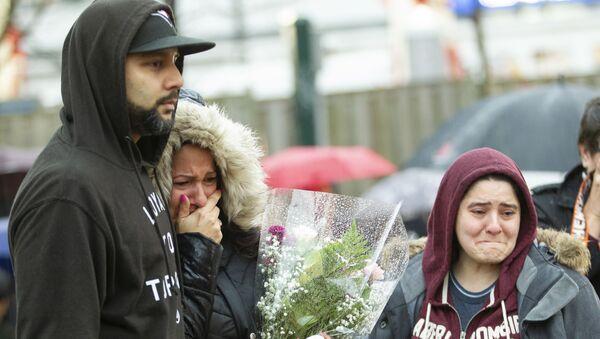 Mourners grieve at a vigil in April 2018 in Toronto, Canada after Alek Minassian drove a van into a crowd. - Sputnik International