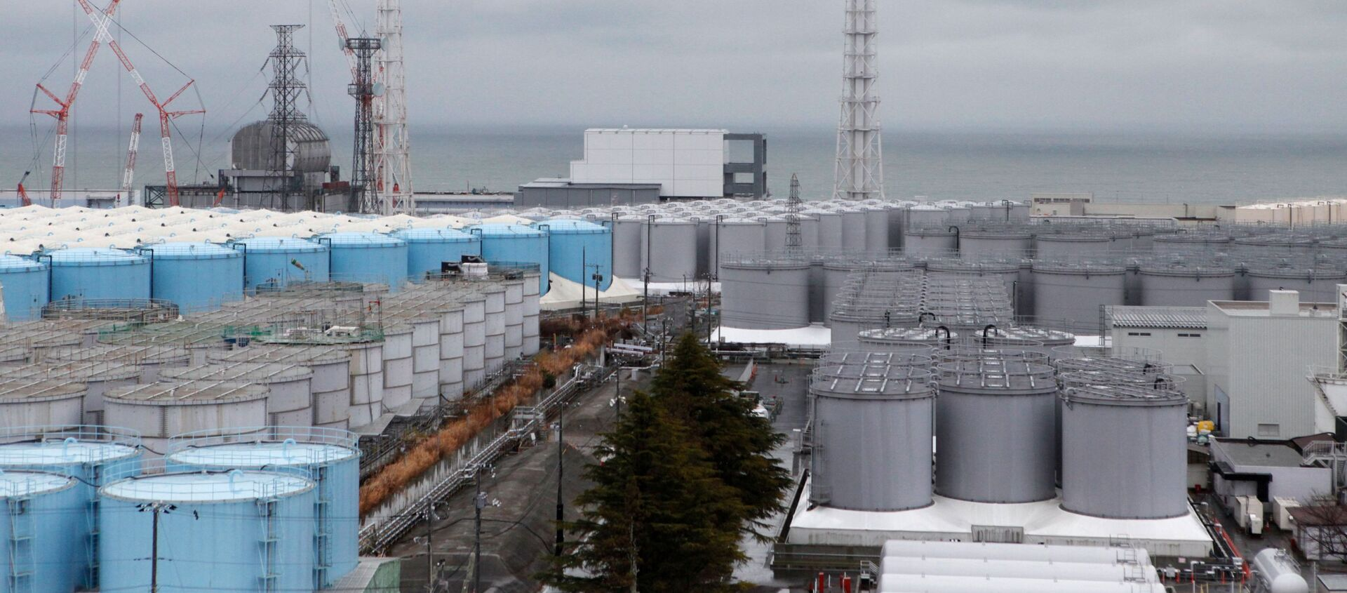 Storage tanks for radioactive water are seen at tsunami-crippled Fukushima Daiichi nuclear power plant - Sputnik International, 1920, 10.11.2020