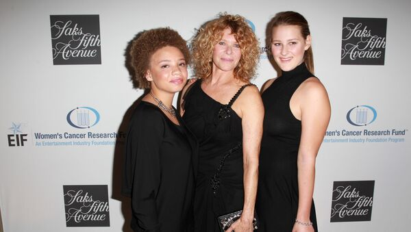 Actress Kate Capshaw (C), and daughters Mikaela George Spielberg (L) and Destry Allyn Spielberg (R) attend EIF Women?s Cancer Research Fund?s 16th Annual ?An Unforgettable Evening? presented by Saks Fifth Avenue at the Beverly Wilshire Four Seasons Hotel on May 2, 2013 in Beverly Hills, California - Sputnik International