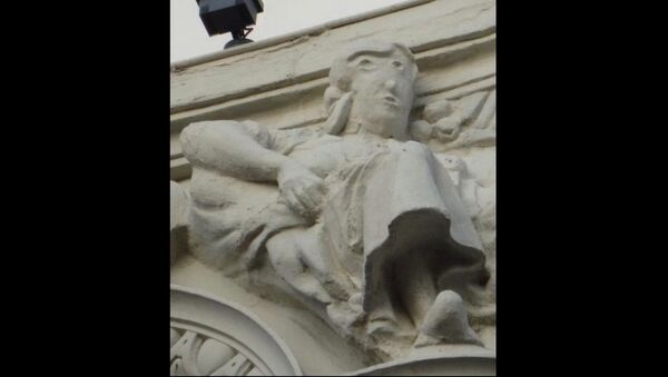 Ruined statue on top of the  Unicaja Bank headquarters in Palencia, Spain - Sputnik International