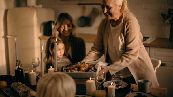 Woman Holding Pan With Food, Thanksgiving  - Sputnik International