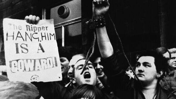 People demonstrating for Peter Sutcliffe to be executed after his arrest in 1980 - Sputnik International