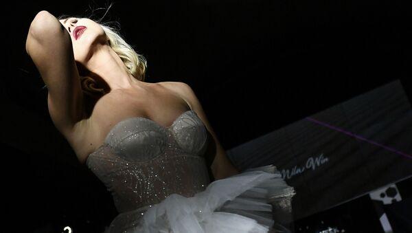 A model demonstrates a Mila Win creation during the Crimea Fashion Week at Palmira Palace in Yalta - Sputnik International