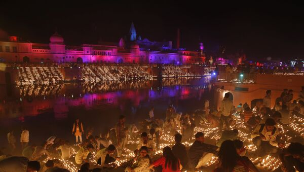 Devotees light earthen lamps on the banks of the River Sarayu as part of Diwali celebrations in Ayodhya, India, India, Tuesday, Nov. 6, 2018 - Sputnik International
