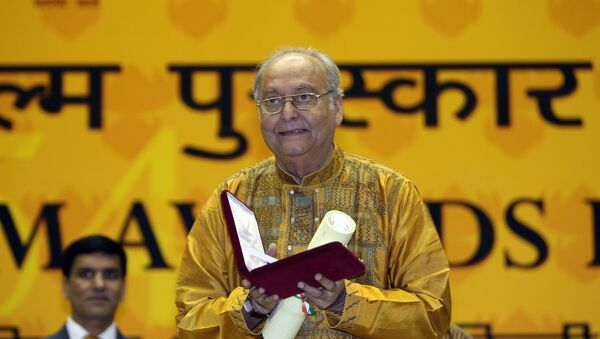 Soumitra Chatterjee poses after receiveing the The Best Actor award  from Indian President Pratibha Patil at the 54th National Film Awards Function in New Delhi on  September 2, 2007.  - Sputnik International