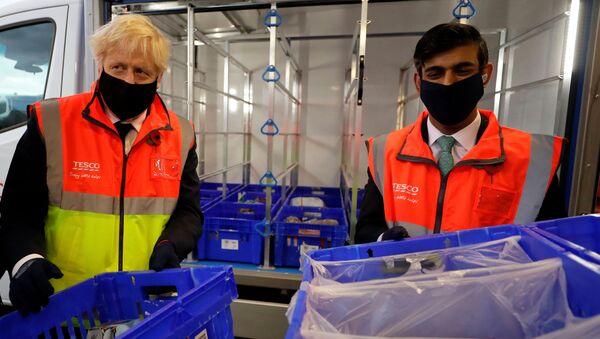 Britain's Prime Minister Boris Johnson visits a tesco.com distribution centre in London - Sputnik International