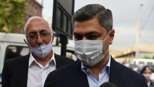Former Armenian National Security Service Director Artur Vanetsyan, right, talk to the media - Sputnik International