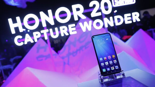 Members of the invited audience of fans and media try out the new Honor 20 series of phones following their global launch in London, Tuesday, May 21, 2019 - Sputnik International
