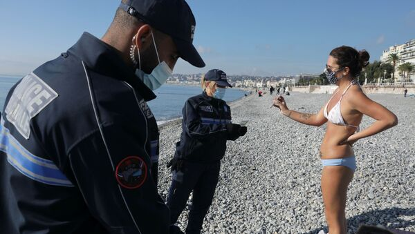 Municipal police officers conduct a control to check certificates and identity on the beach of the Promenade des Anglais during the second national lockdown as part of the measures to fight a second wave of the coronavirus disease (COVID-19) in Nice,France, November 13, 2020 - Sputnik International
