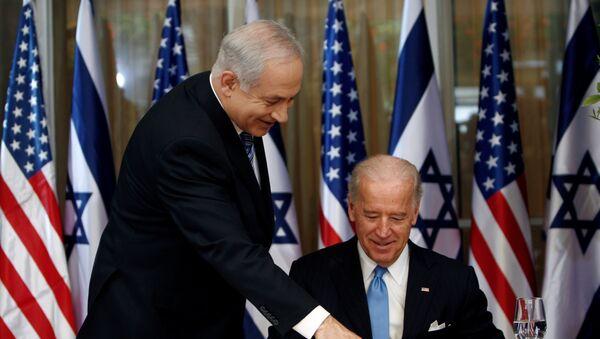 U.S. Vice President Biden prepares to sign the guest book at Netanyahu's residence in Jerusalem - Sputnik International