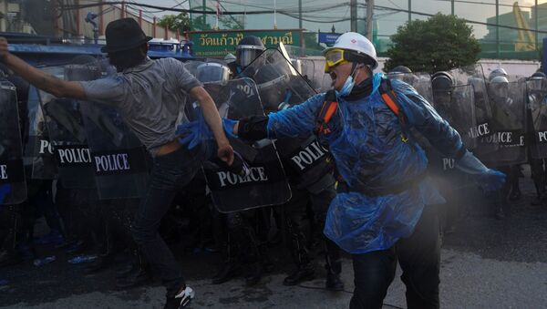Demonstrators clash with riot police during an anti-government protest as lawmakers debate  constitution change, outside the parliament in Bangkok, Thailand, 17 November 2020. - Sputnik International