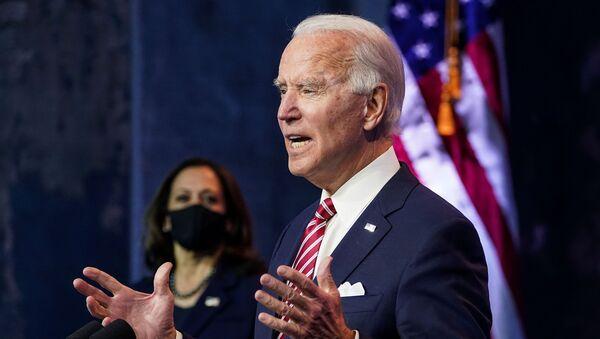 U.S. President-elect Joe Biden speaks about the U.S. economy as Vice President-elect Kamala Harris stands by following their briefing with economic advisers in Wilmington, Delaware, U.S., November 16, 2020. - Sputnik International