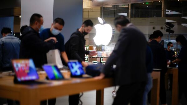 People look at Apple products at an Apple Store, as the coronavirus disease (COVID-19) outbreak continues in Shanghai China October 23, 2020. - Sputnik International