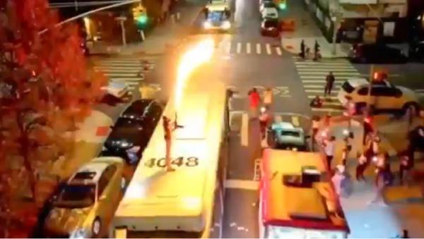 Flame Thrower Bus Jump Stunt by rapper Dupree G.O.D - Sputnik International