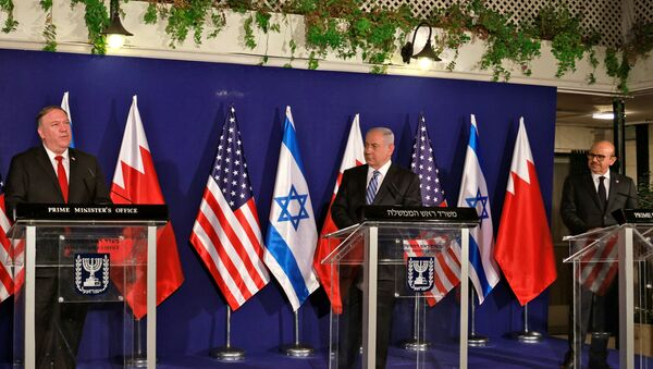 US Secretary of State Mike Pompeo, Israeli Prime Minister Benjamin Netanyahu and Bahrain's Foreign Minister Abdullatif Al Zayani deliver joint statements during their meeting in Jerusalem November 18, 2020 - Sputnik International
