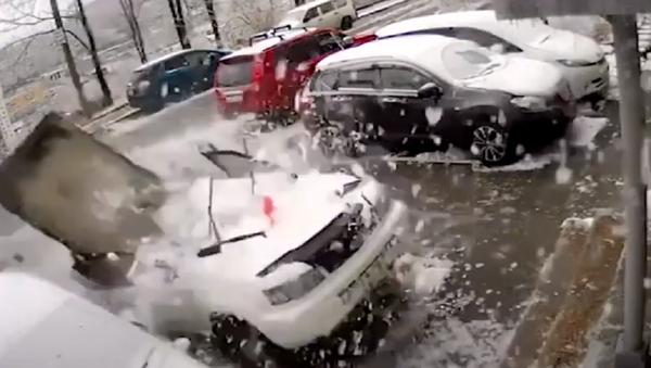 Concrete Slab Slams Car in Far East, Nearly Misses Owner - Sputnik International
