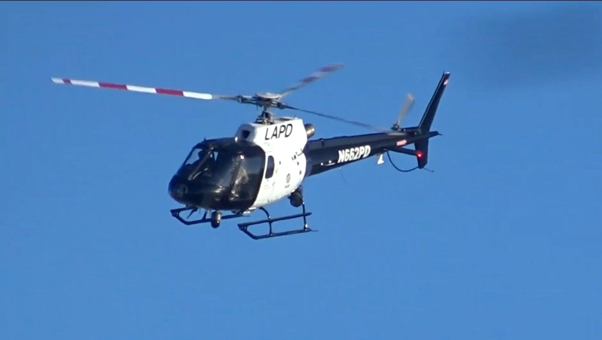 Screenshot image captures helicopter operated by California's Los Angeles Police Department as it makes several passes near Venice Beach in March 2019. - Sputnik International, 1920, 02.08.2021