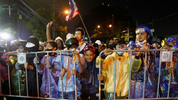 Demonstrators move barriers during an anti-government protest as lawmakers debate on constitution change, outside the parliament in Bangkok, Thailand, November 17, 2020.  - Sputnik International