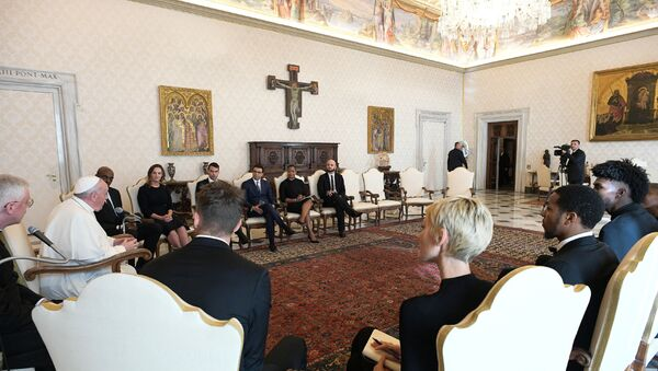 Pope Francis meets a delegation of five NBA players, including Jonathan Isaac and Sterling Brown and officials from the National Basketball Players Association at the Vatican November 23, 2020. Vatican Media/Handout via REUTERS THIS IMAGE HAS BEEN SUPPLIED BY A THIRD PARTY. - Sputnik International