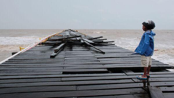 A man observes a dock damaged by the passing of Hurricane Iota, in Puerto Cabezas, Nicaragua November 17, 2020. Picture taken November 17, 2020. - Sputnik International