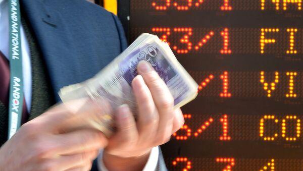 An English bookmaker counts out money - Sputnik International