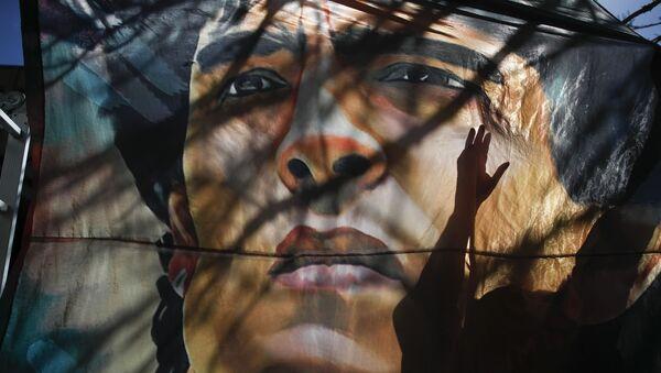 Баннер с изображением Диего Марадоны у больницы в Аргентине - Sputnik International